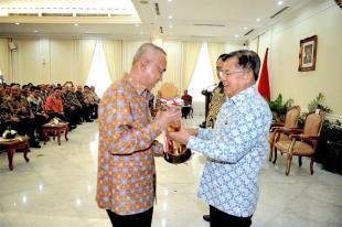 Gubri Menerima Piala WTN 2016 dari Wakil Presiden RI Jusuf Kalla.