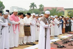 Wagubri Beserta Isteri dan Keluarga Sholat Ied di Masjid Annur