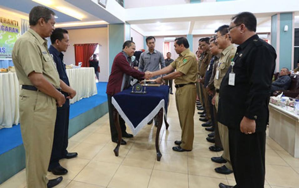 Bupati Serahkan DIPA Kabupaten Kepulauan Meranti Kepada Seluruh SKPD