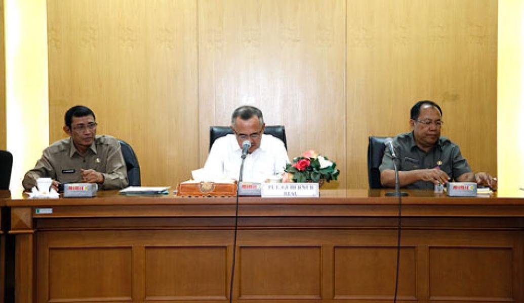 Plt Gubri Serahkan SK Plt Kepada 57 Pejabat Riau