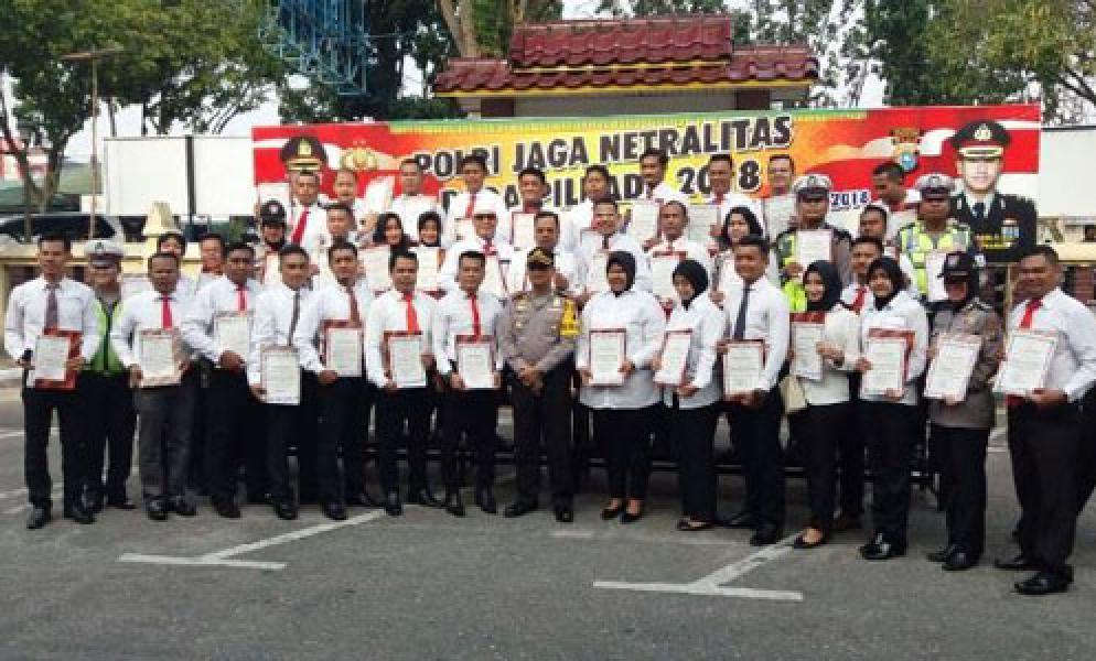 Kapolres Pekanbaru Beri Penghargaan Kepada Personil dan Instansi Berprestasi