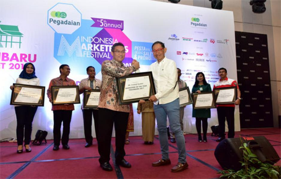 Dirut Bank Riau Kepri Raih Award Marketeers of The Year 2017