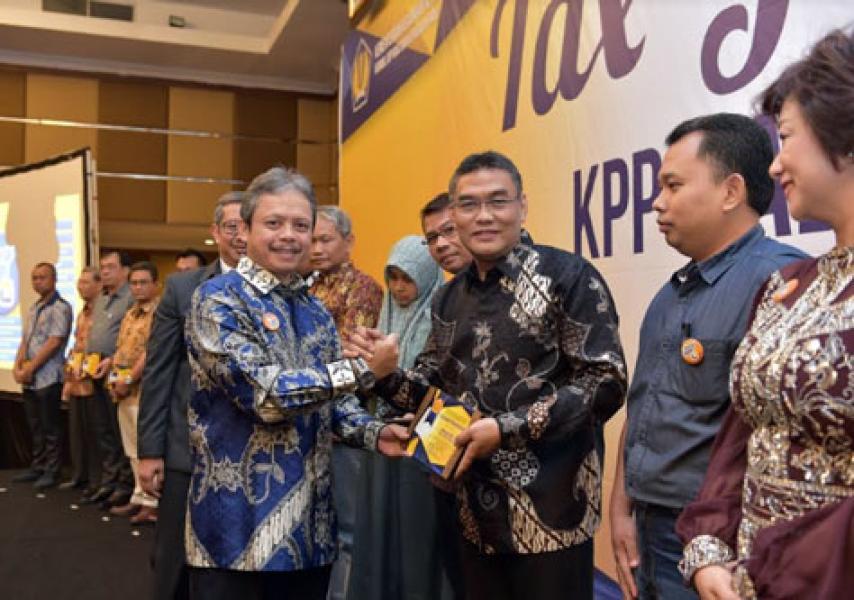 Kanwil DJP Riau Berikan Penghargaan Kepada Bank Riau Kepri Sebagai WP Kontributor Besar