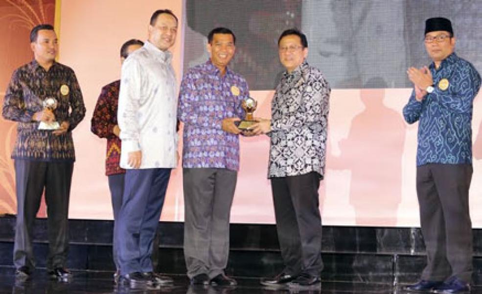 Walikota Pekanbaru Kembali Terima Dua Penghargaan Bergengsi Nasional