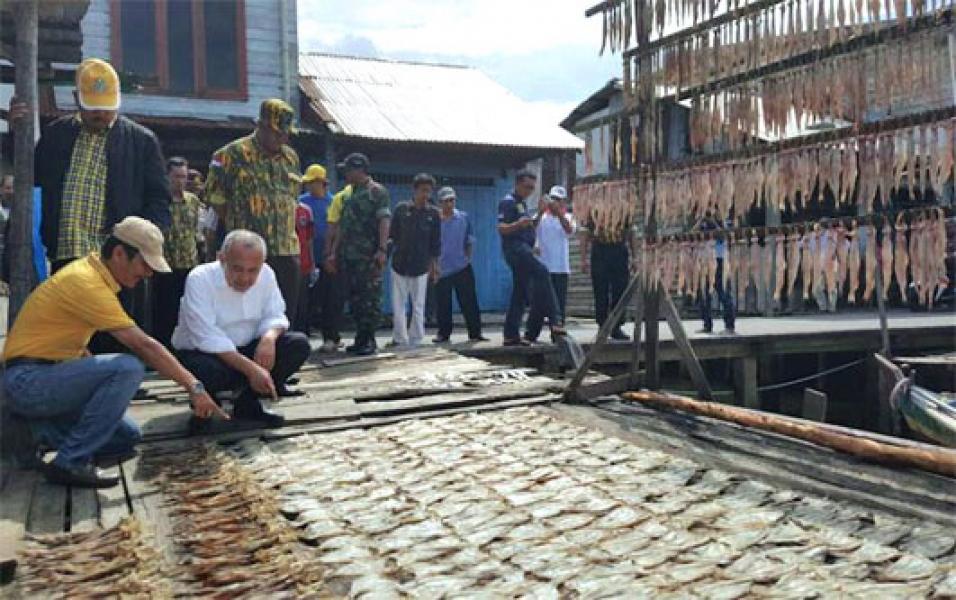 Tinjau Pasar Ikan di Inhil, Gubri Pastikan Potensi Perikanan Riau