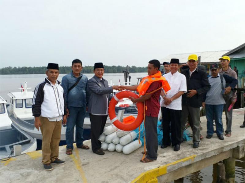Bupati Wardan Serahkan 10 Unit Kapal Motor Kepada Nelayan Pulau Cawan