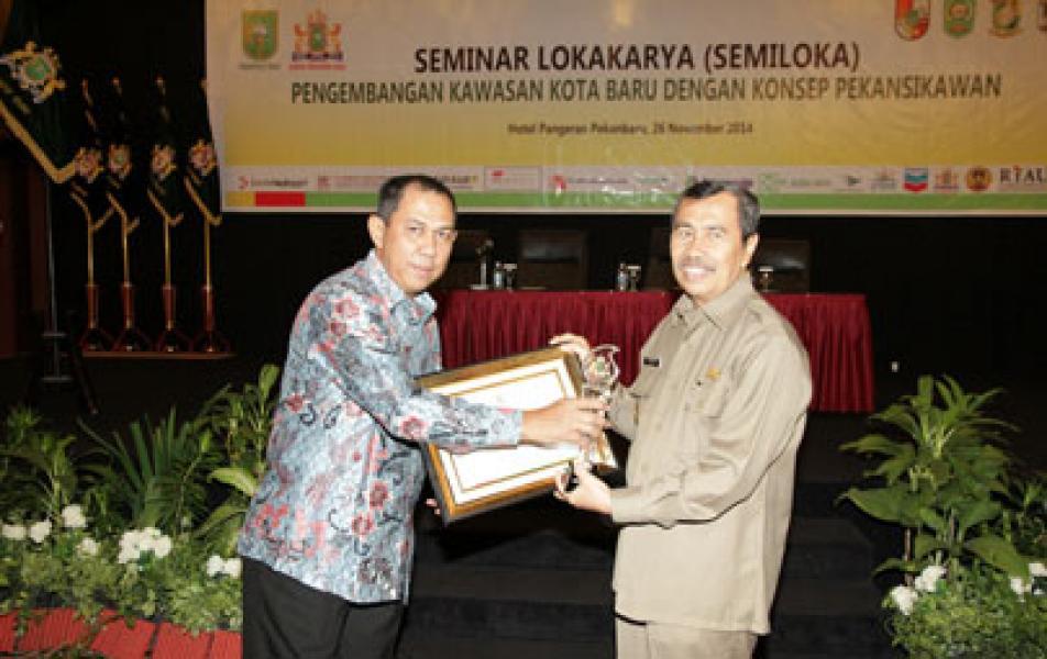 Bupati Siak Terima Kadin Riau Award 2014 �Best Business Climate�