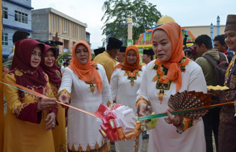 Istri Plt Gubernur Riau Kagumi Stand Bazaar Rohil