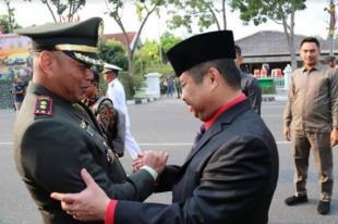 Bupati Amril Mukminin Hadiri Upacara Parade Defile HUT TNI Ke-74