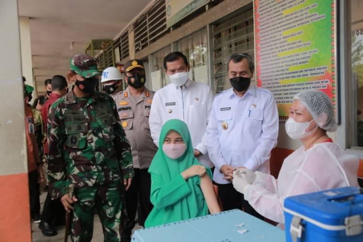 Tinjau Vaksinasi Covid-19 Untuk Pelajar, Gubernur Riau Minta Pelajar Rajin dan Patuhi Prokes