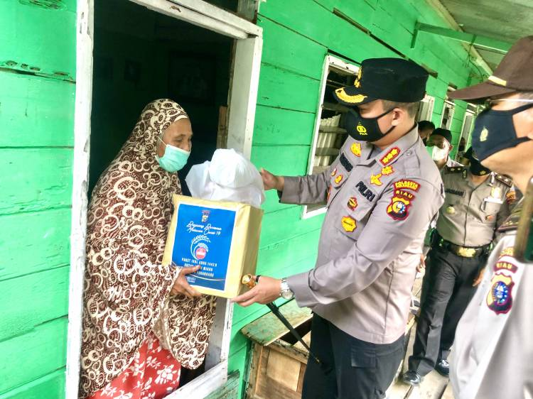 Moment Idul Adha 1442 H, Kapolresta Pekanbaru Datangi Rumah Warga Bagikan Daging Kurban