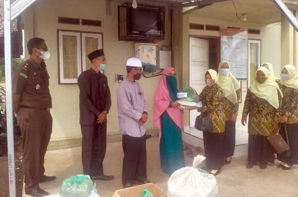 IAD Kejari Meranti Salurkan Paket Sembako Ke Pondok Pesantren Daruk Fikri