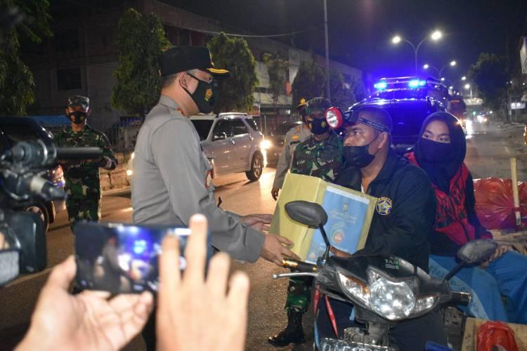 Polresta Pekanbaru Gelar Patroli Skala Besar dan Bagikan Sembako ke Masyarakat