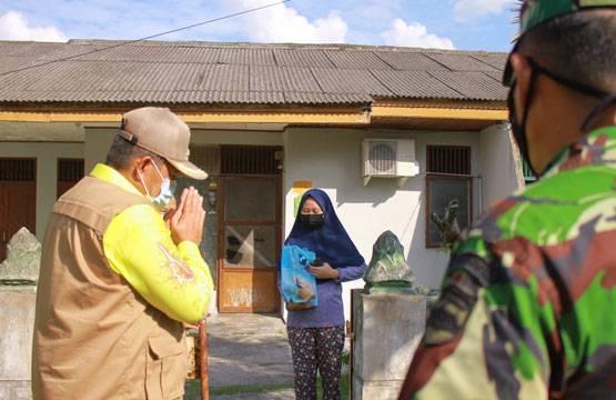 Support Warga, Bupati Alfedri Kunjungi Pasien Isoman di Tualang