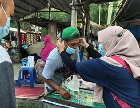 Edukasi Prokes, Tim Kukerta Unri Bagi-bagi Masker kepada Pedagang dan Pengunjung Pasar Tradisional