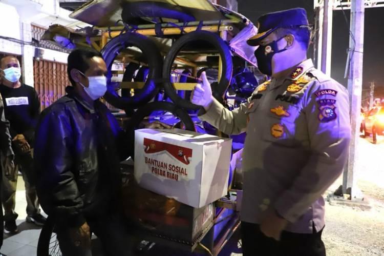 Polda Riau Patroli Skala Besar, Sembari Bagikan Sembako di Pekanbaru