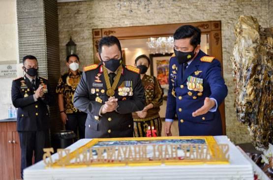 Panglima TNI Berikan Kejutan Kepada Kapolri di Hari Bhayangkara ke-75