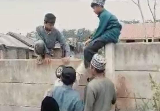 Miris! Akses Pesantren Ditutup Pagar Beton oleh Perumahan, Santri Harus Lompat Tembok