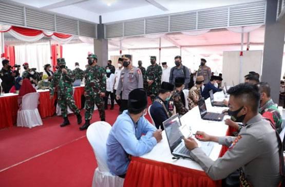 Antusias Laksanakan Vaksinasi, Panglima TNI Apresiasi Para Santri Pesantren Tebuireng