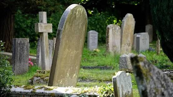 Heboh Temuan Rambut Manusia Keluar dari Kuburan Berusia 100 Tahun