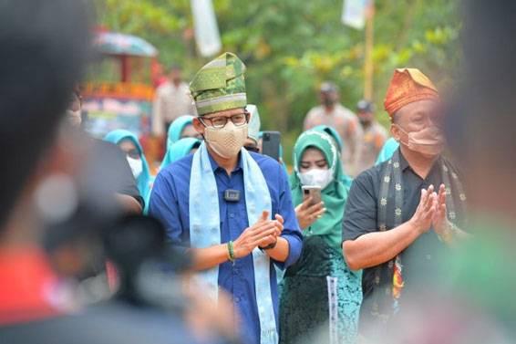 Kunjungi Puncak Kompe, Sandiaga: Jika Kangen Raja Ampat ke Riau Aja