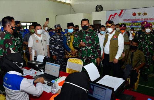 Kasal Wakili Panglima TNI Tinjau Vaksinasi di Kabupaten Kotabaru Kalimantan