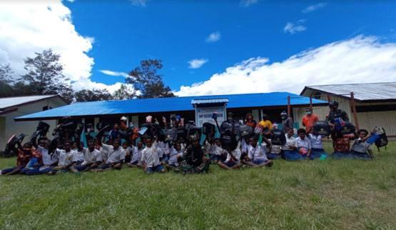Peduli Pendidikan Terhadap Generasi Muda, Satgas TNI Bagikan Tas Sekolah Dan Alat Tulis