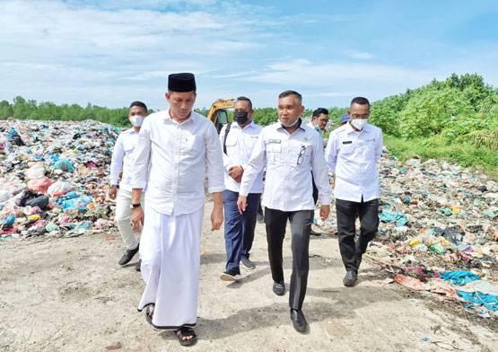 Bupati Adil Rogoh Kocek Demi Selamatkan Rumah Warga dari Abrasi di Meranti