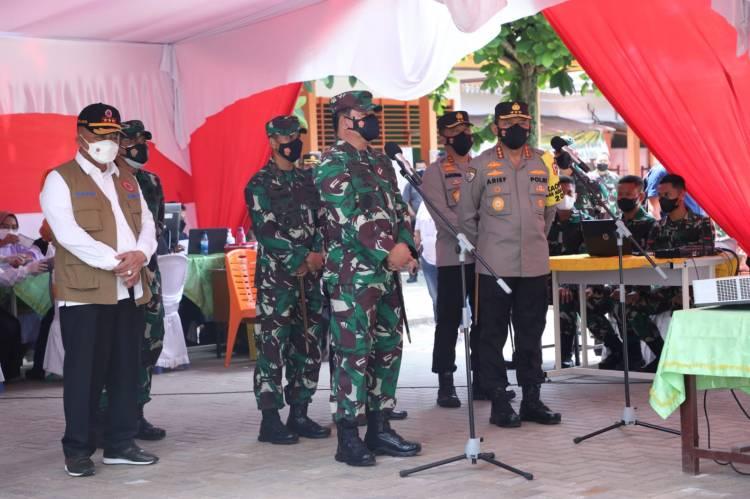 Kunker ke Riau, Panglima TNI, Kepala BNPB dan Kabaharkam Polri Tinjau Vaksinasi Massal di SMPN 9 Pekanbaru