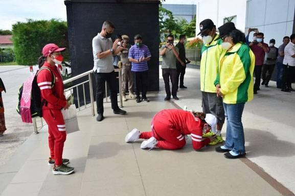 Tiba di Pekanbaru, Leani Ratri Oktila Langsung Bersimpuh di Kaki Orang Tua