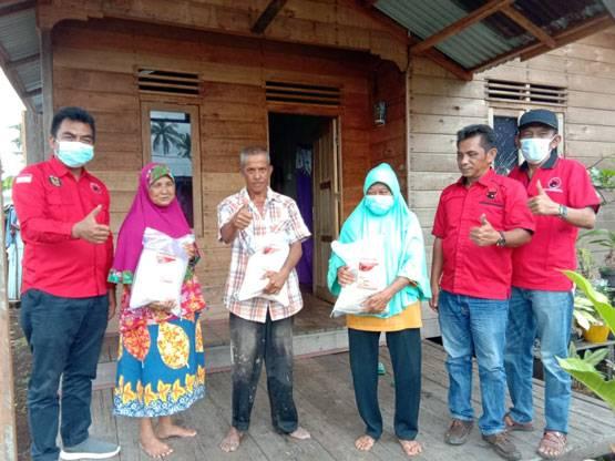 Keluarga Besar DPC dan PAC PDI Perjuangan Kepulauan Meranti Salurkan Beras Kepada Masyarakat