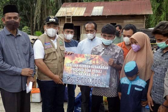 Wabup Husni Merza Salurkan Bantuan Untuk Korban Kebakaran di Pinang Sebatang
