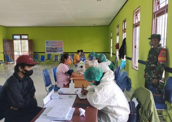 Aparat TNI Pastikan Pelaksanaan Vaksinasi Covid-19 Tahap I dan II Tertib dan Kondusif