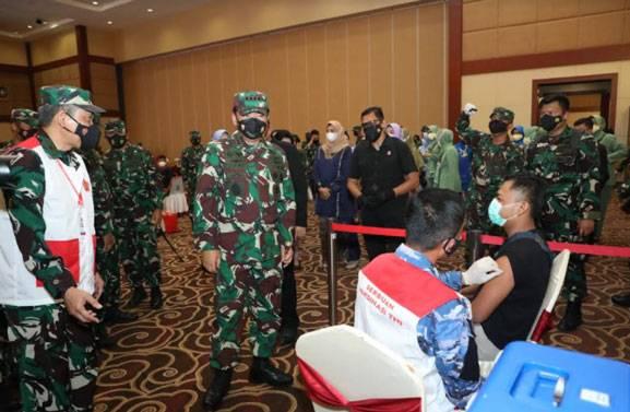 Panglima TNI Tinjau Vaksinasi, Serahkan Bansos dan BLTPKL Kepada Masyarakat Kepri