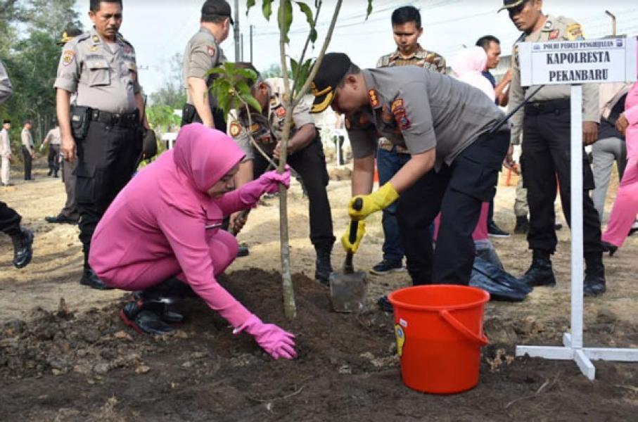 Laksanakan Program Polri Peduli Penghijauan, Polresta Pekanbaru Tanam Pohon Serentak