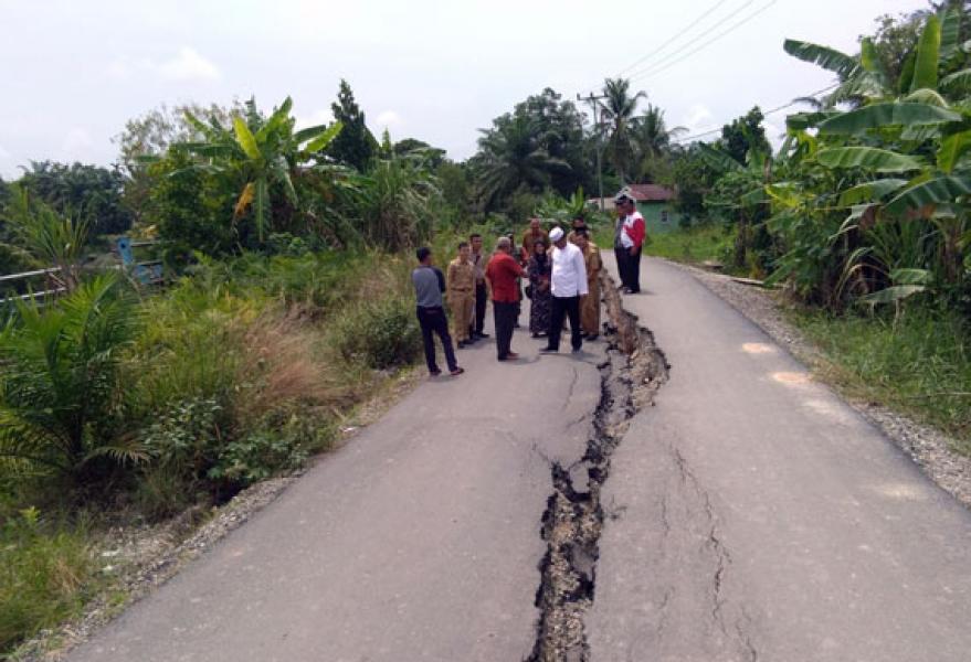 Bupati Suyatno Tinjau Kondisi Jalan Amblas di Bangko Pusako Akibat Aspal Terbelah