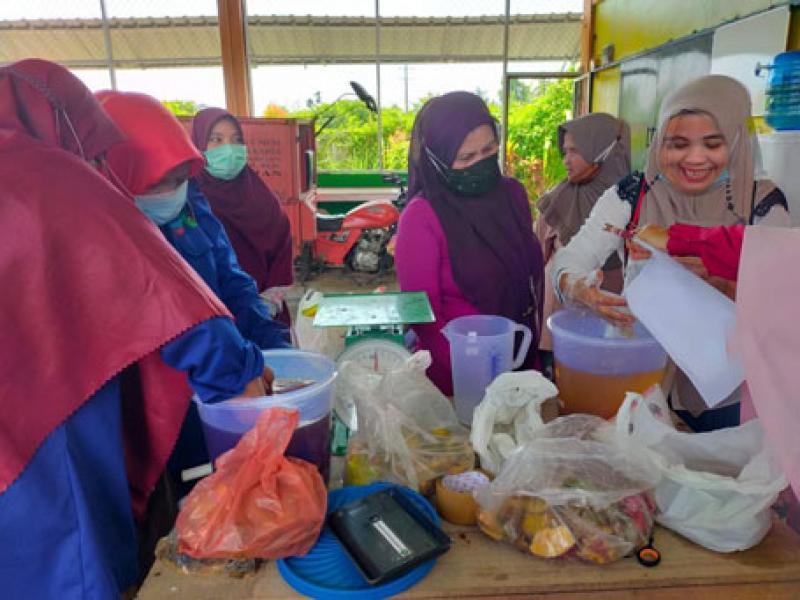 Kreatif, Dosen Unilak Gelar Pelatihan Pembuatan Hand Sanitizer dari Limbah Kulit Buah