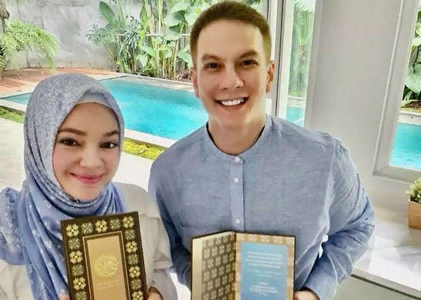 Bertrand Antolin Wakafkan 3400 Alquran Bareng Dewi Sandra