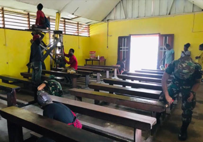 Bersama Warga, Satgas Pamtas Yonif 125/Simbisa Laksanakan Kerja Bakti Di Gereja