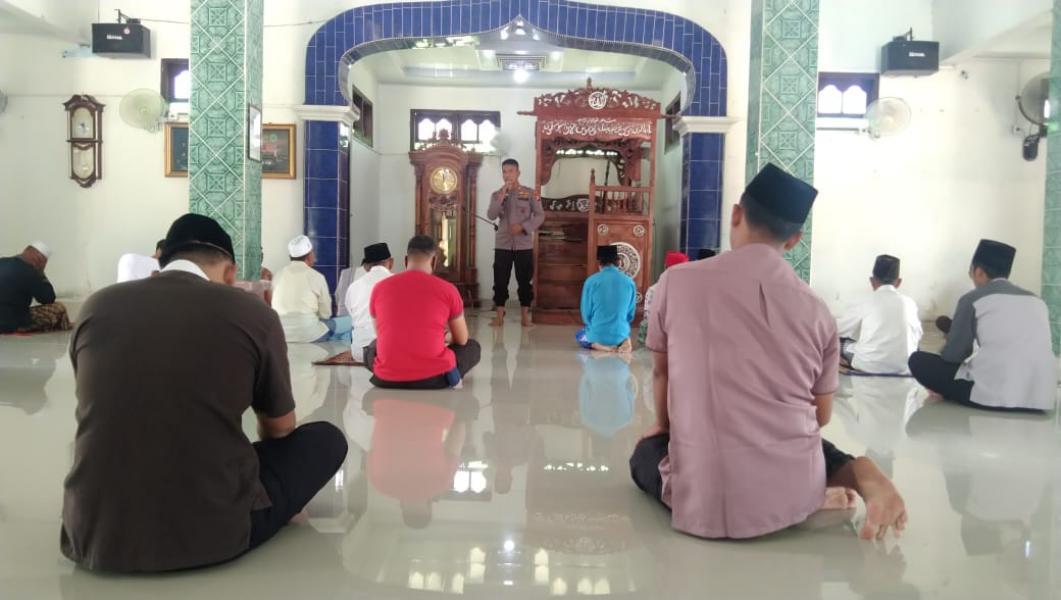 Laksanakan Jumling di Masjid Nurul Hidayah, Kapolsek Ukui Berikan Himbauan Prokes dan Pilkada Damai 2020