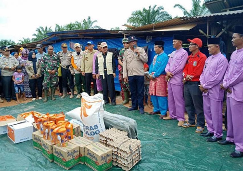 Pemkab Rohil Serahkan Bantuan Untuk Korban Banjir Di Pekaitan
