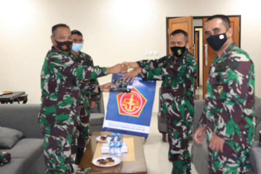 Babinkum TNI Serahkan 1.000 Buku Saku HAM dan HHI Kepada Koopssus