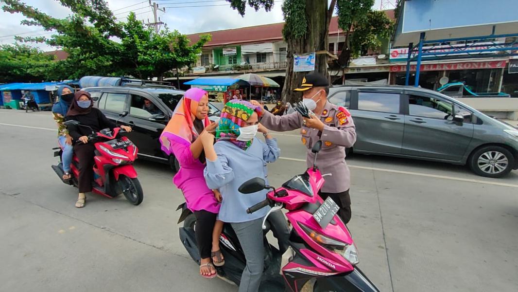 Polsek Pangkalan Kuras dan LMB Gelar Bakti Sosial Bagi-bagi Masker
